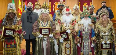 Tres cortejos simultáneos de Reyes Magos llenan de ilusión y esperanza las calles de Los Palacios y Villafranca