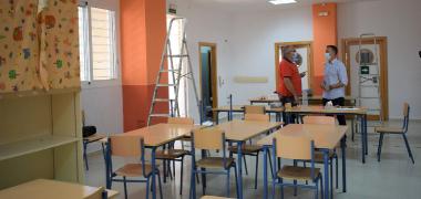 El Ayuntamiento de Los Palacios y Villafranca ejecuta labores intensivas de limpieza y mantenimiento en los centros escolares