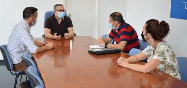 El alcalde de Los Palacios y Villafranca recibe al nuevo director del CEIP Pablo Ruiz Picasso, Manuel Díaz Cerrada