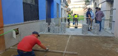 El Ayuntamiento renueva los acerados de la calle Ntra Sra del Carmen sustituyendo la solería de pizarra por losas de granito de mayor calidad con carg
