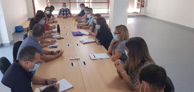 Ayuntamiento y representantes de los equipos directivos de los centros de educación infantil y primaria de Los Palacios y Villafranca  analizan las di