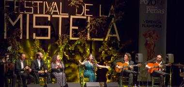 Los Palacios y Villafranca se rinde ante la jovencísima cantaora Reyes Carrasco tras recibir la Venencia del Festival de la Mistela